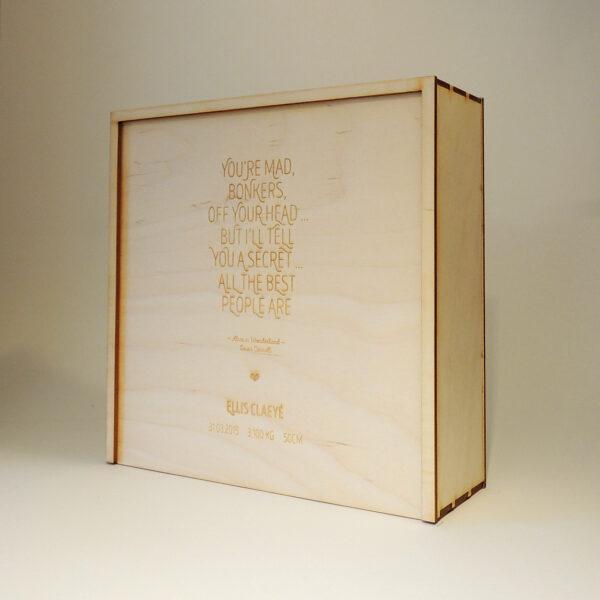 Houten doos met quote naam geboortedatum op schuifdeksel