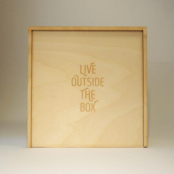 Houten doos met Live outside the box op schuifdeksel