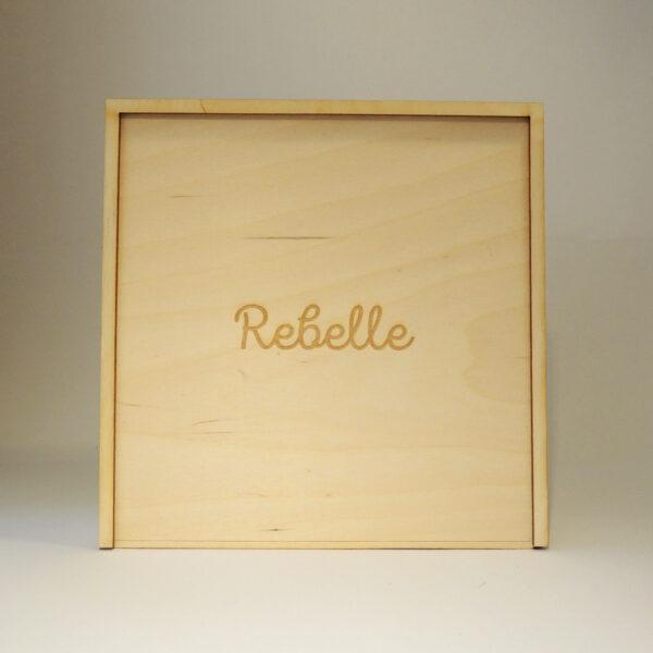Houten doos met opschrift Rebelle