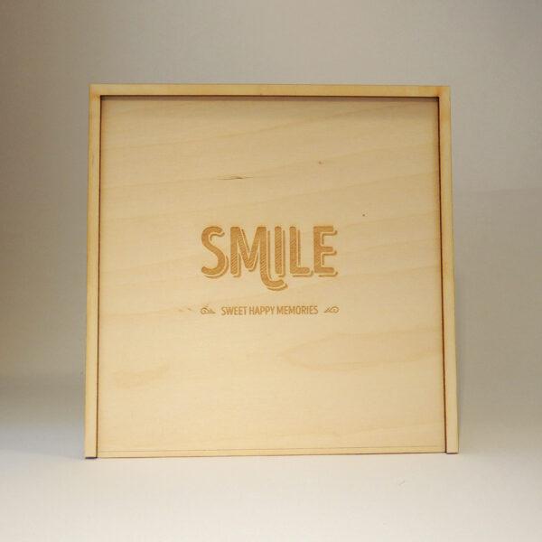 Houten doos met smile op schuifdeksel